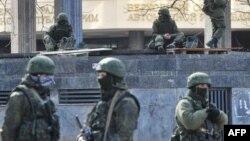 Қырым автономиялық республикасы парламенті алдындағы белгісіз әскер. Симферополь. 1 наурыз 2014 жыл.