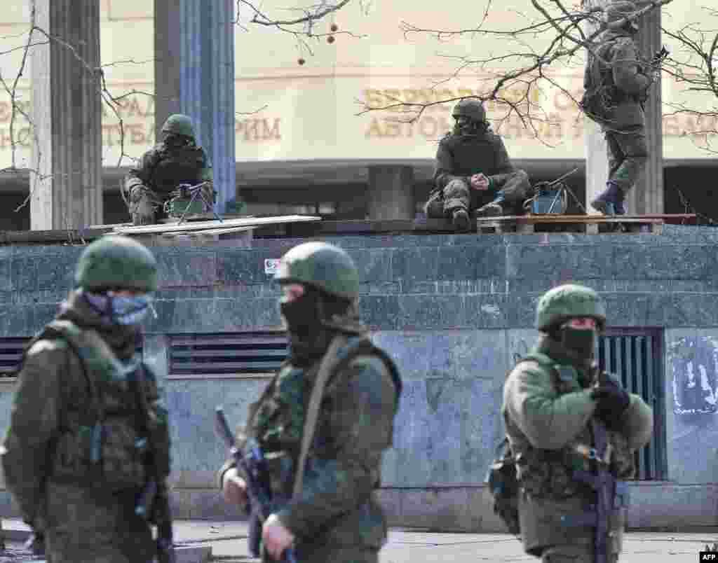 Армейский патруль без опозновательных знаков у здания парламента в Симферополе.