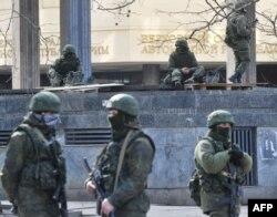 Російські військові біля будівлі парламенту кримської автономії, 1 квітня 2014 року