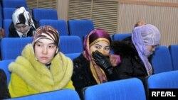 Діни басқарма өкілдерімен кездесуге шақырылған хиджаб киетін студент қыздар. Ақтөбе, 27 ақпан 2009 жыл. Көрнекі сурет