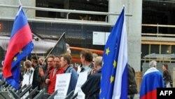 """Ruși demonstrează la Bruxelles susținînd cauza """"dreaptă"""" a Rusiei în războiul cu Georgia din 2008"""
