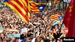 Каталония парламенті алдына жиналғандар парламенттегі аймақ тәуелсіздігін жариялауға дауыс беру барысын бақылап тұр. Барселона, 27 қазан 2017 жыл.