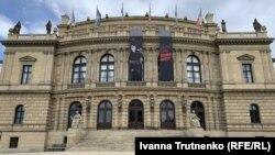 На громадських будівлях з'явилися великі банери з фотографіями страченоїта написами «Вбита комуністами»