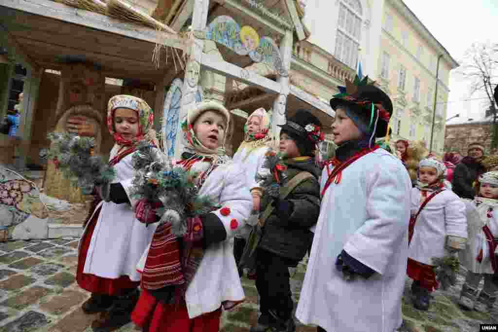 Діти під час урочистостей з нагоди винесення та встановлення Різдвяного Дідуха у Львові, 6 січня 2017 року