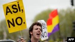 """Участник одной из многочисленных антиправительственных акций в Мадриде. Надпись на плакате можно перевести """"Так нельзя"""""""