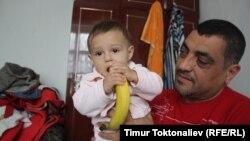 Сирийский беженец Мохаммед Зинзан со своим сыном Раяном. Бишкек. Февраль 2013 года.