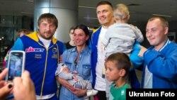 Александра Усика встречают в аэропорту после победы над поляком Кшиштофом Гловацки, Киев, 18 сентября 2016 года