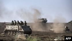ناقلات أشخاص مدرعة ودبابات إسرائيلية في تمرين عسكري في مرتفعات الجولان قرب الحدود مع سوريا.