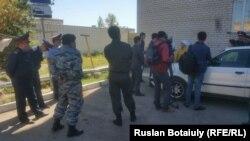 Полицейские у общежития в поселке Пригородный под Астаной, откуда выселяют жильцов.
