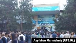 Родители выпускников, школьники и учителя у пункта сдачи Единого национального тестирования (ЕНТ). Алматы, 2 июня 2015 года.