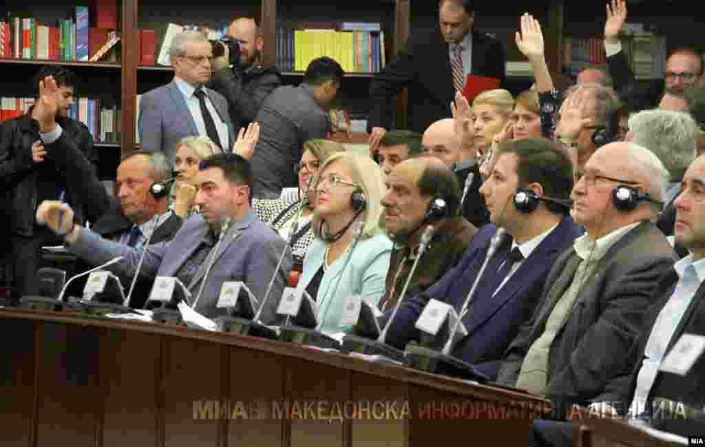 МАКЕДОНИЈА - Со 10 гласови за и 7 против, Собраниската Комисија за уставни прашања го усвои заклучокот Собранието да го поддржи предлогот на Владата за уставни измени и Собранието да донесе одлука за пристапување кон измена на Уставот. Со третиот заклучок, Собранието ѝ наложи на Владата во рок од 15 дена да подготви нацрт текст на уставни амандмани.