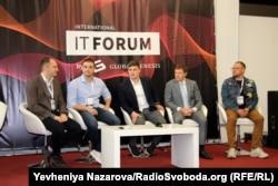 Міністр цифрової трансформації Михайло Федоров (в центрі) разом з організаторами та учасниками ІТ-форуму у Запоріжжі на презентації бренду цифрової держави, Запоріжжя, 27 вересня 2019 року
