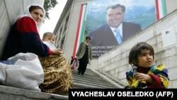 Женщина вместе с детьми попрошайничает в подземном переходе в Душанбе.