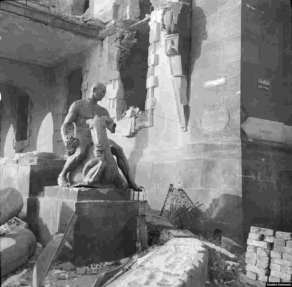 Многія з архітэктурных помнікаў Дрэздэну былі даноўленыя па гістарычных фатаздымках з выкарыстаньнем камянёў, знойдзеных у руінах.