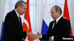 Ռուսաստանի նախագահ Վլադիմիր Պուտինը ողջունում է Թուրքիայի նախագահ Ռեջեփ Էրդողանին Սանկտ Պետերբուրգում, 9-ը օգոստոսի, 2016թ․
