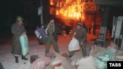 Жители Грозного спасают свой скарб после обстрела города. 23 декабря 1994. Фото: ТАСС