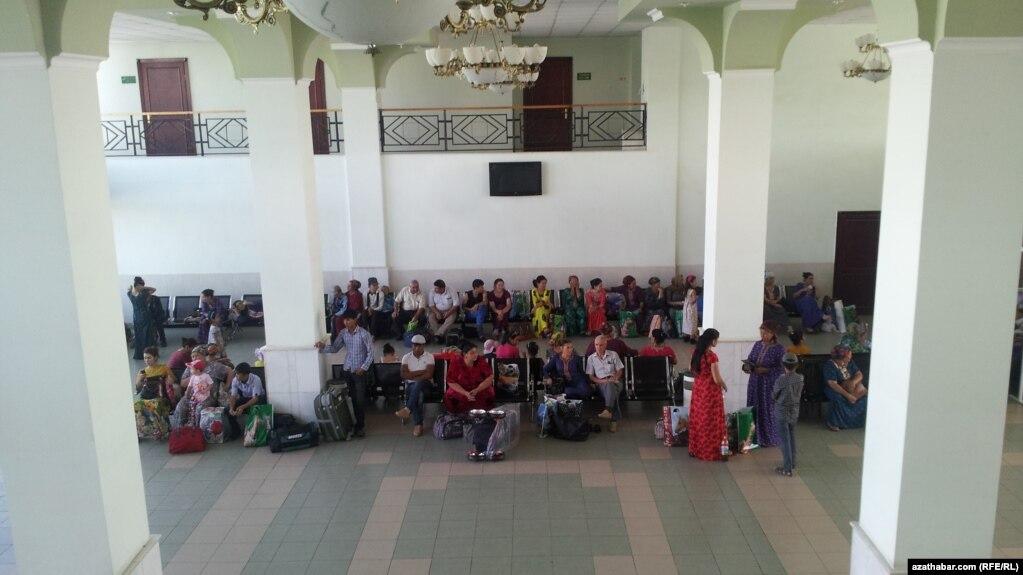 «Радио Свобода»: Из Туркмении не выпускают жителей моложе 40 лет