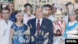 Қазақстан президенті Нұрсұлтан Назарбаев пен оны қолдайтын жастар бейнеленген жарнамалық сурет. Алматы, 5 шілде 2010 жыл.