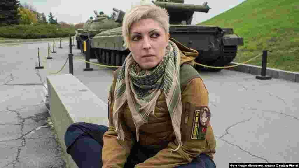 Валерія «Лєра»Бурлакова, окрема добровольча чота «Карпатська Січ» / 93-я і 54-а окремі механізовані бригади / 46-й штурмовий батальйон «Донбас-Україна»: «Я служила разом зі своїм нареченим, його позивний був «Морячок»... Вони з двома побратимами вийшли на завдання, і спрацювала, здається, міна МОН-50. Хлопці потім казали, що це була міна на дистанційному управлінні. А можливо, «сєпари» щось переставили просто… Один з хлопців тоді був тяжко поранений, а мій «Морячок» загинув... Після його смерті в мене просто… не стало якихось емоцій. Вже навіть загибель друзів не викликає сильних емоцій».
