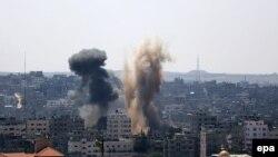 Pamje pas një sulmi ajror izraelit në Rripin e Gazës gjatë muajit gusht