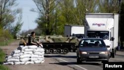 Украинские солдаты на блокпосту сепаратистов рядом со Славянском