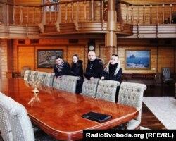 Підпис: Автори статті – журналісти YanukovychLeaks у покинутому «Домі Лісника». 24 лютого 2014 року