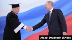 Орусиянын Конституциялык сотунун төрагасы Валерий Зоркин жана президент Владимир Путин, 7-май, 2018.