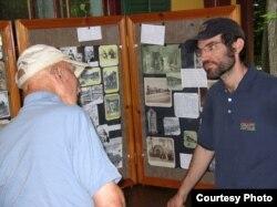 Бен Кемп с одним из посетителей музея