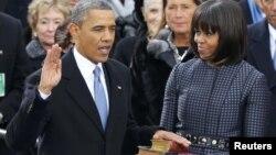 Барак Обама мен оның әйелі Мишель Обама ұлықтау салтанаты кезінде. Вашингтон, 21 қаңтар 2013 жыл.
