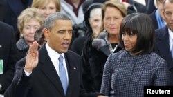 ბარაკ ობამა აშშ-ის პრეზიდენტის ფიცის დადებისას (მარჯვნივ - პირველი ლედი მიშელ ობამა).
