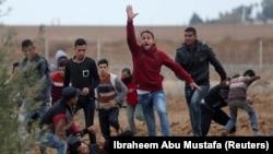 Чоловік просить допомогти в евакуації поранених палестинських протестувальників під час сутичок з ізраїльськими військовими біля кордону з Ізраїлем, 7 грудня 2017 року