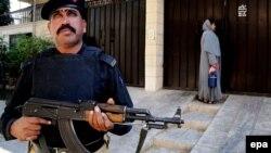 Врач, убеждающая население делать детям прививки от полиомиелита, под охраной солдат обходит дома. Город Кветта, Пакистан, 2014 год
