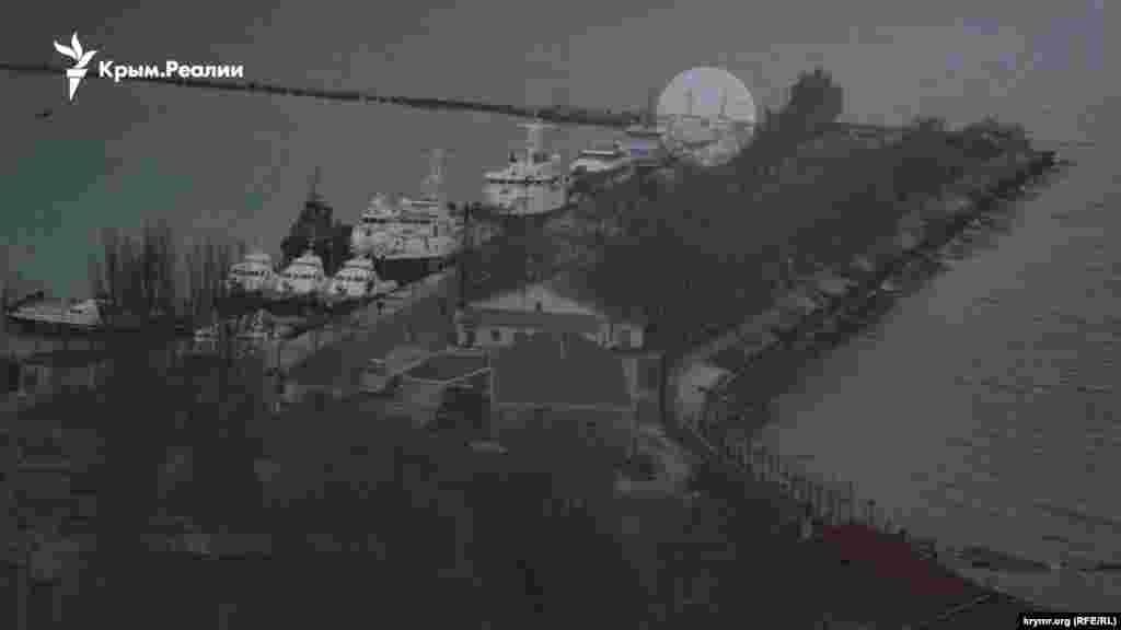 Военные катера «Никополь» и «Бердянск» находятся на территории, которая до 2014 года принадлежала керченскому отряду украинской морской охраны (в/ч 1472), а после российской аннексии Крыма на территории части разместились пограничники ФСБ России