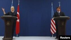 نشست مشترک خبری هیلاری کلینتون، وزیر خارجه آمریکا با همتای ترک خود احمد داووداغلو. ۱۱ اوت ۲۰۱۲.