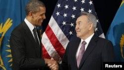 АҚШ президенті Барак Обама мен Қазақстан президенті Нұрсұлтан Назарбаев халықаралық ядролық қауіпсіздік саммитінде. Сеул, 26 наурыз 2012 жыл: