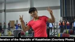 Тяжелоатлетка Зульфия Чиншанло в спортзале.