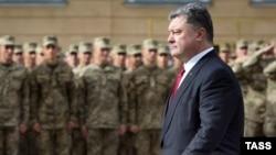 Президент Украины Петр Порошенко во время совместных учений Украина — НАТО. Львовская область, 21 сентября 2015 года.
