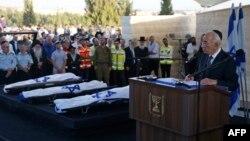 Президент Ізраїлю Шимон Перес виступає з промовою поруч з тілами загиблих підлітків, 1 липня 2014 року