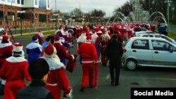 Несколько десятков Дедов Морозов прошлись по улицам Ташкента, 16 декабря 2018 года.