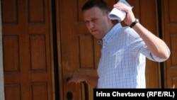 Оппозиционер Алексей Навальный на входе в Следственный комитет