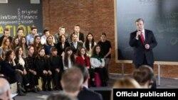 На встрече со студентами в Технологическом парке премьер Георгий Квирикашвили в течение пяти минут обрисовал контуры реформы профессионального образования