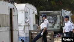 Poliția franceză inspectînd o tabără ilegală de romi la Aix-en-Provence