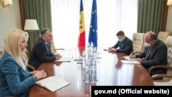 Întâlnire între prim-ministrul Ion Chicu (stânga) și ambasadorul român la Chișinău, Daniel Ioniță, 25 mai 2020