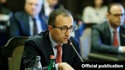 Armenia -- Health Minister Arsen Torosian speaks at a meeting of a task force coordinating the Armenian government's response to coronavirus outbreak, Yerevan, April 27, 2020.