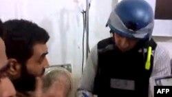 Інспектор ООН (л) записує свідчення очевидців у містечку Муадамієт-аш-Шам під Дамаском, де, як стверджують, був здійснений хімічний удар, 26 серпня 2013 року (кадр із відеозапису, який оприлюднила сирійська опозиція)