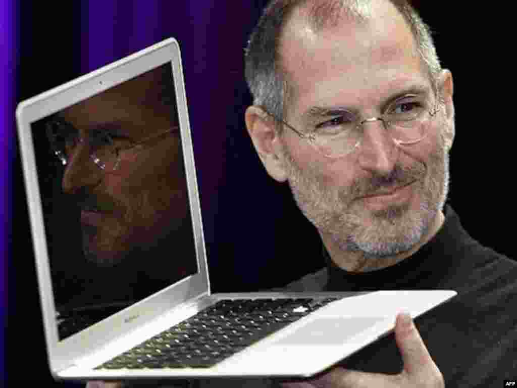 استیو جابز در حال نشان دادن لپ تاپ مک بوک ایر جدید در نمایشگاه MacWorld در سان فرانسیسکو