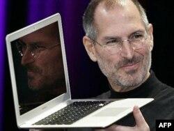 Steve Jobs cu noul laptop Macbook Air la apariția sa în 2008