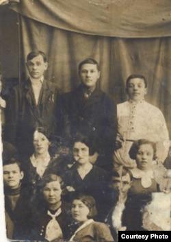 Николай Климович екінші қатарда ортада тұр. Киев, 1930-жылдар. (Отбасылық мұрағат суреті).