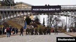 Банер на вулиці Інститутській, вивішений активістами до річниці розстрілів громадян, у лютому 2020 року