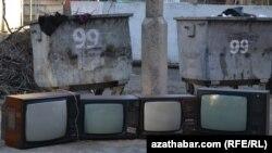 Zir-zibil gutularynyň ýanyndaky telewizorlar. Aşgabat.